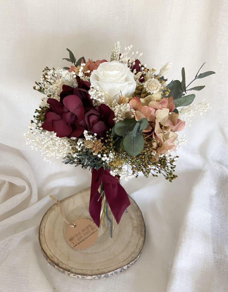 Ramo de novia en tonalidades más intensas de color que quedan preciosas para bodas