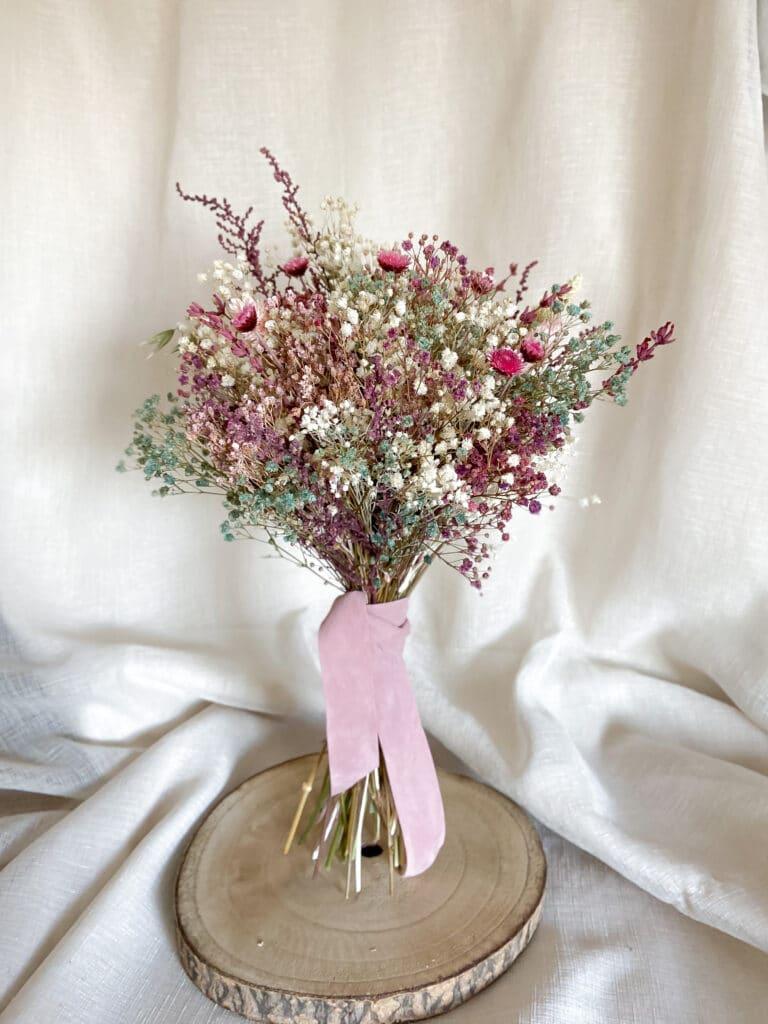 Ramo de novia de flores preservadas en tonos silvestres con variedades de diferentes tonalidades de colores.