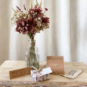 Un regalo muy especial de flores con joyita para todos