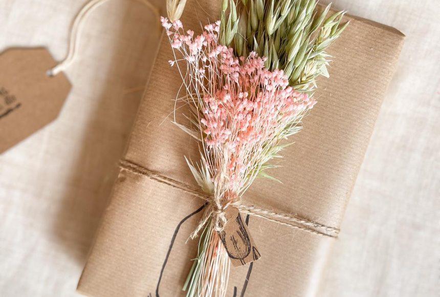 Ideas para envolver regalos con ramilletes de flores. DIY FLORES