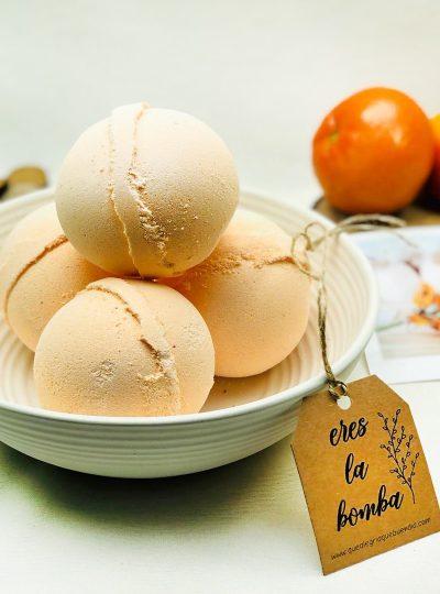 Bombas de baño en cuenco de ceramica con mandarinas por detras