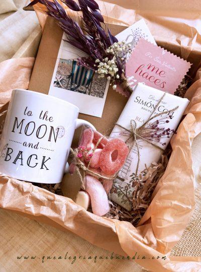 pack regalo para personas especiales con taza, chuches, libreta , chocolate y ramillete de flores