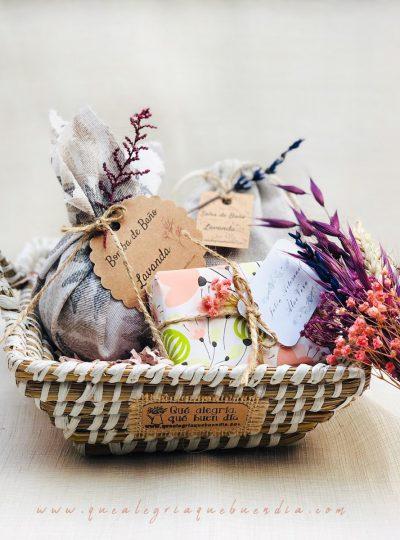 Pack Regalo Mini con productos relax en cesta de mimbre bicolor es un regalo ideal para el amigo invisible