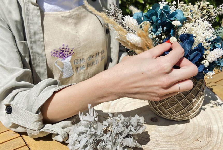 Centro de Flores Preservadas en tonos azules en cesto de yute tamaño M