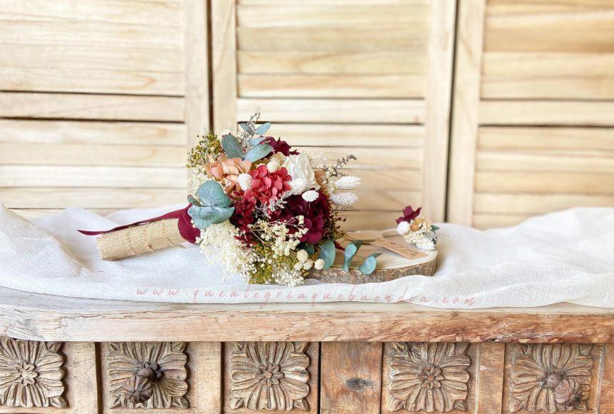 Ramo de Novia con flores preservadas en tonos granates