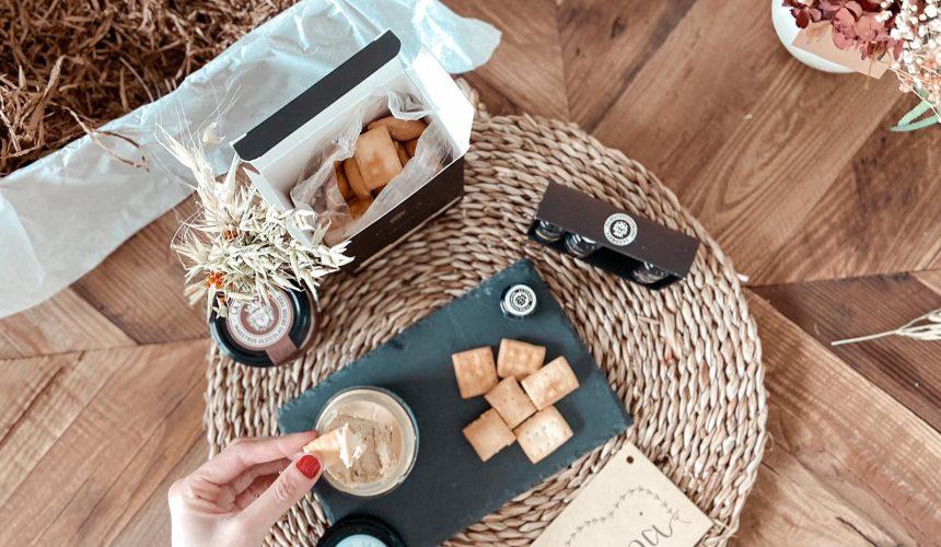 Regalo Día del Padre_Compartimos un Apetivo juntos con productos gourmet como pates, regañas aceites y tabla de pizarra.