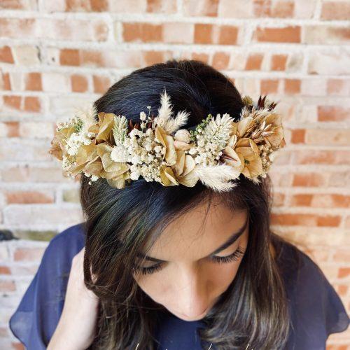 Tocado de Flores Preservadas en tonos tostados, ocres y blancos en forma de corona